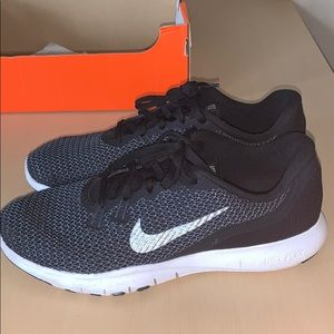 Gently Used Nike Flex Trainer 7. Black and white